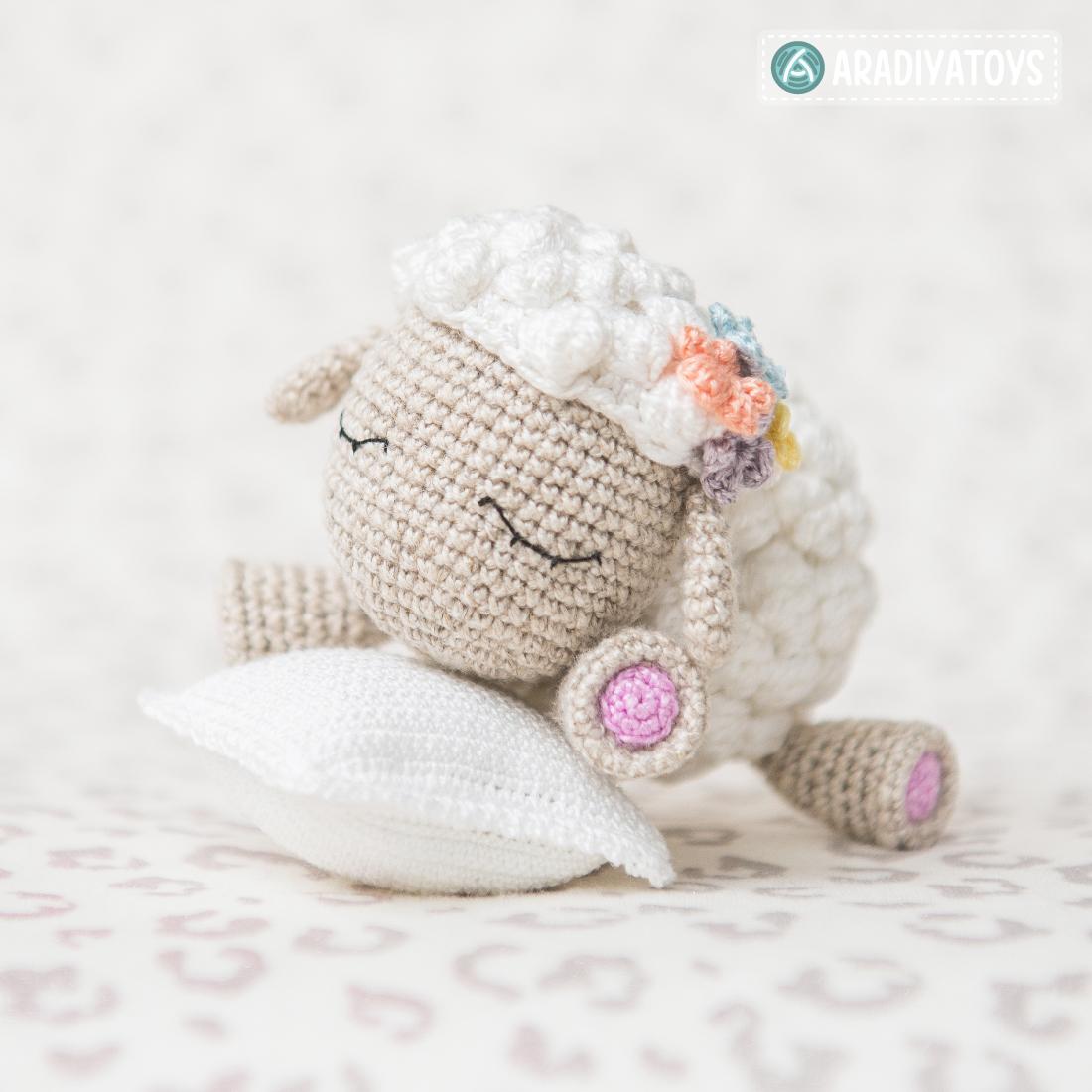 """Modèle au crochet de Shelby l'agneau de """"AradiyaToys Design"""""""