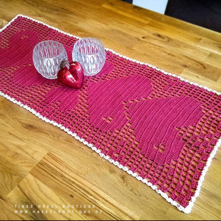 Häkelanleitung Tischläufer mit Herzmuster