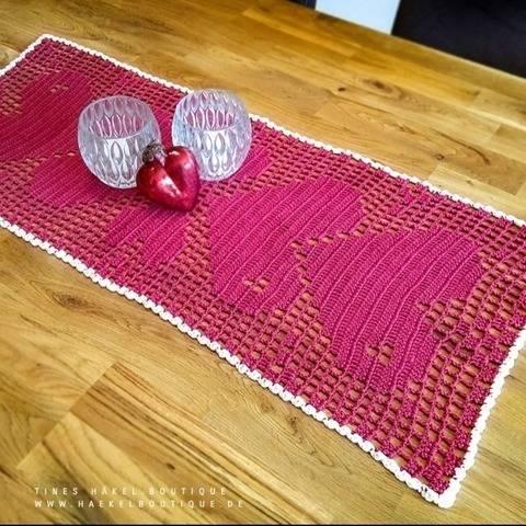 Häkelanleitung Tischläufer mit Herzmuster bei Makerist