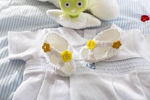 Gehäkelte Baby-Sandalen aus Baumwollgarn mit Blumendeko