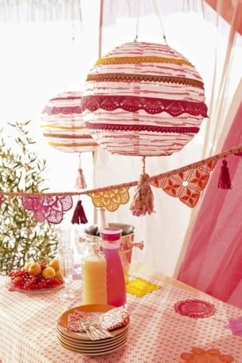 Genähter Lampion aus Baumwollstoff mit gefärbten Spitzen und Quaste
