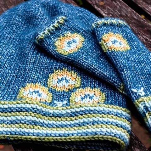 Set Strickanleitung Mütze und Armstulpen Pfau für Mädchen 5/6 Jahre bei Makerist