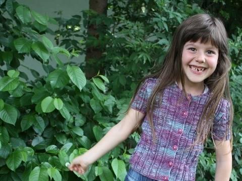 Jophiel Strickanleitung süße kurze Zopfmuster Jacke für Mädchen bei Makerist