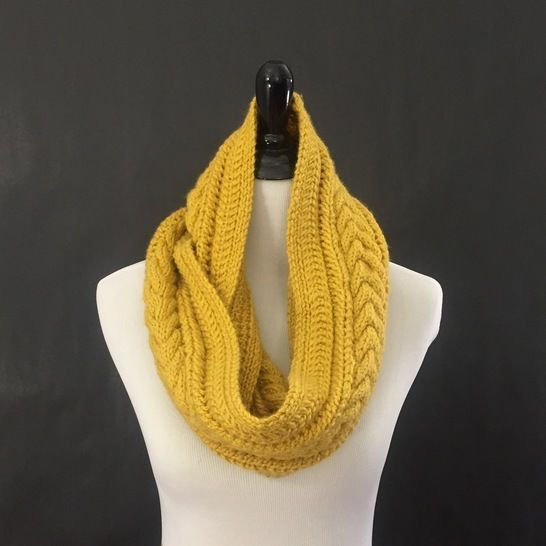 Horseshoe Cable Knit Infinity Scarf Knitting Pattern at Makerist - Image 1