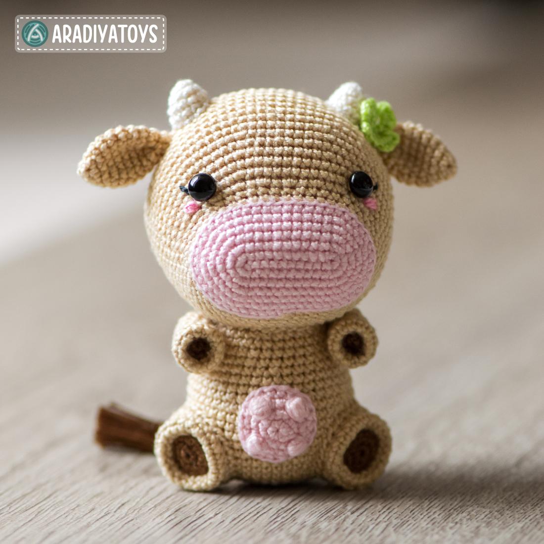 "Modèle au crochet de Mia la vache de ""AradiyaToys Design"""