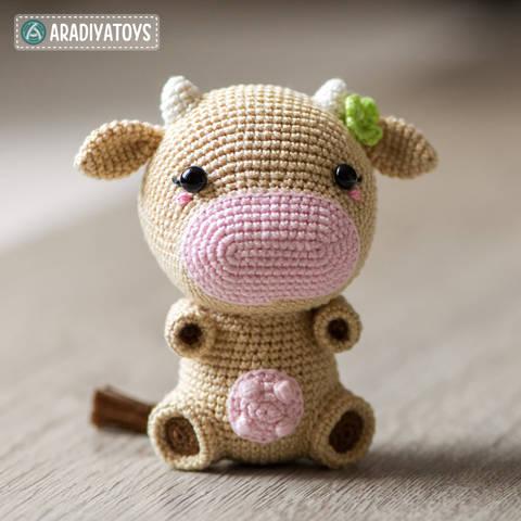 "Modèle au crochet de Mia la vache de ""AradiyaToys Design"" chez Makerist"