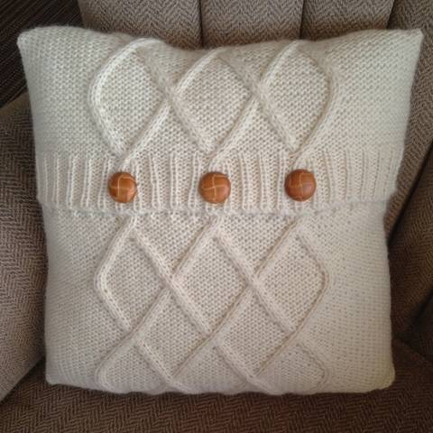 Triple Diamond Cable cushion cover in two sizes at Makerist