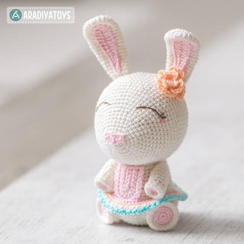 "Modèle au crochet d'Emma la Lapine de ""AradiyaToys Design"""