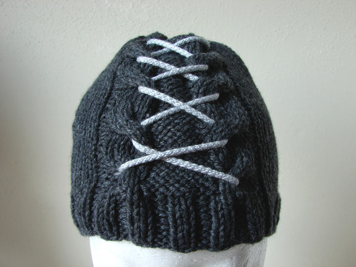Cable hat with lace - kntting pattern at Makerist - Image 1