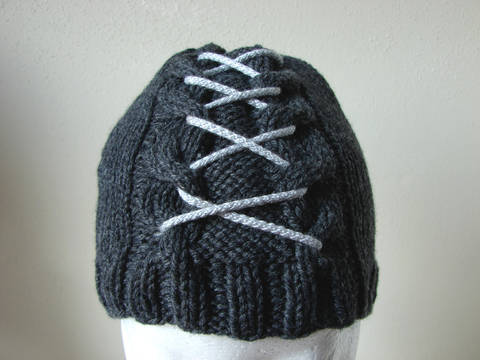 Cable hat with lace - kntting pattern at Makerist