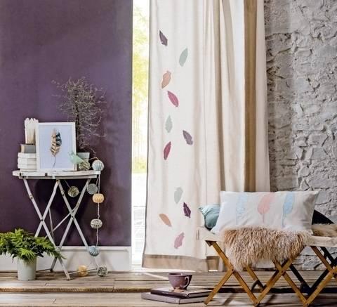 Vorhang, Kissen und Bild mit Federmotiv