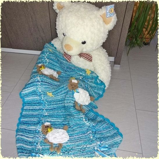 Schöne Baby-Decke mit Schäfchen, gestrickt und gehäkelt bei Makerist - Bild 1