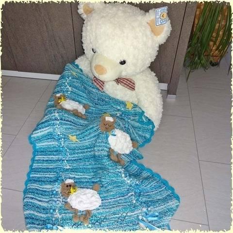 Schöne Baby-Decke mit Schäfchen, gestrickt und gehäkelt