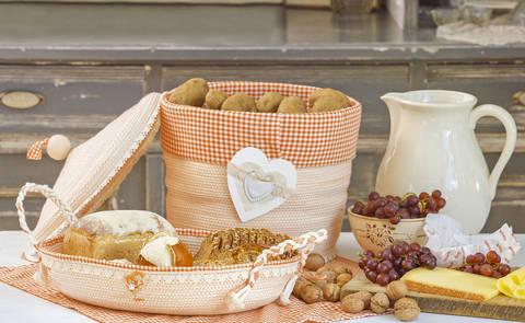 Tischtuch und Brotkörbe
