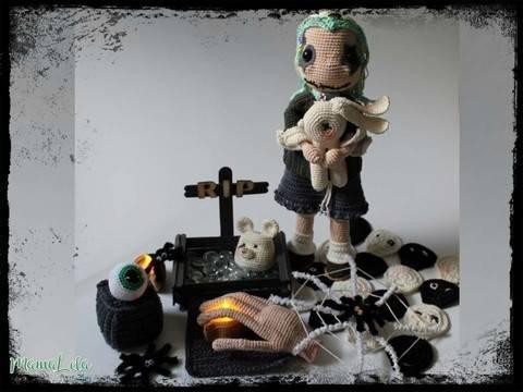 Halloween Puppe Kaira mit Deko - Häkelanleitung
