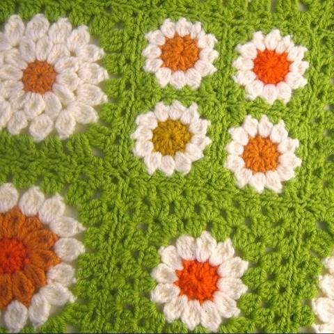 3 Granny Squares Frühlingswiese Kissen Decke Poncho Blume bei Makerist