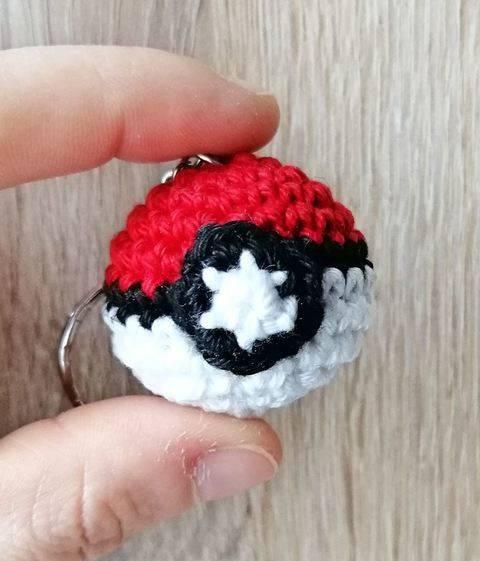 Tutoriel au crochet de Pokéball mini en porte-clé chez Makerist