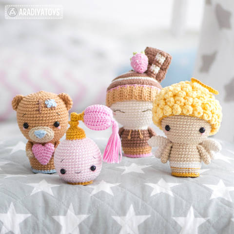 Crochet pattern of Valentine Minis by AradiyaToys