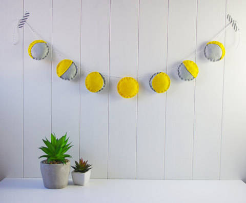 Felt Phases of the Moon Garland Sewing Tutorial at Makerist