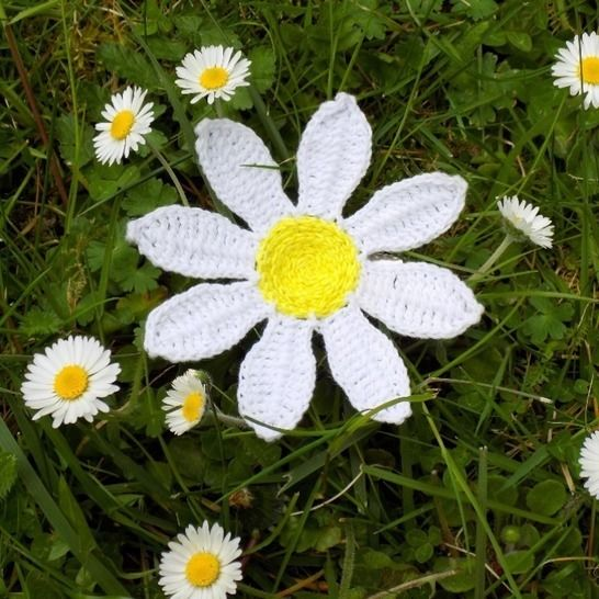 Daisy Flower Brooch Crochet Pattern (Upcycling) at Makerist - Image 1