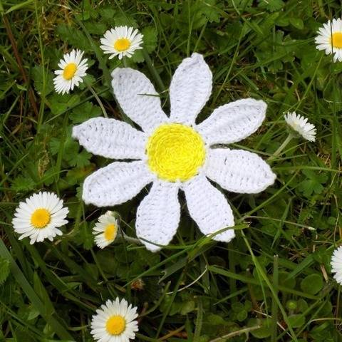 Daisy Flower Brooch Crochet Pattern (Upcycling) at Makerist