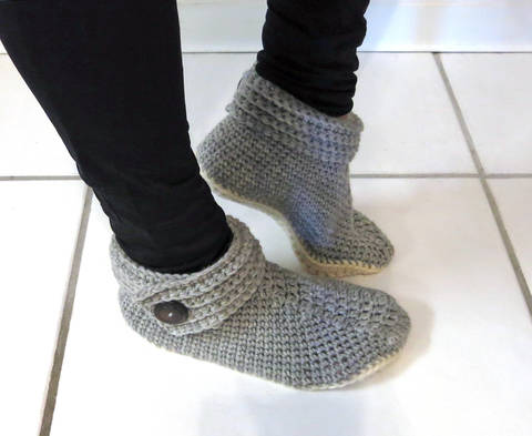Women's Buttoned Up Slippers at Makerist