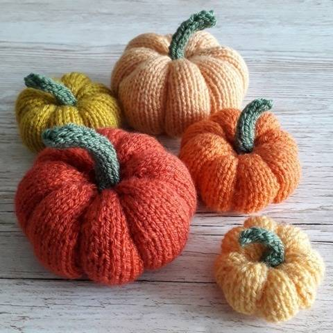 Easy Knitted Pumpkins  at Makerist