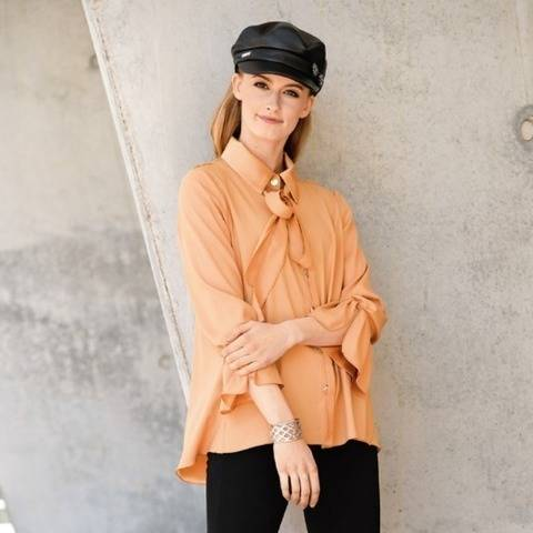 Sandfarbene Seiden-Bluse mit halbverdeckter Knopfleiste