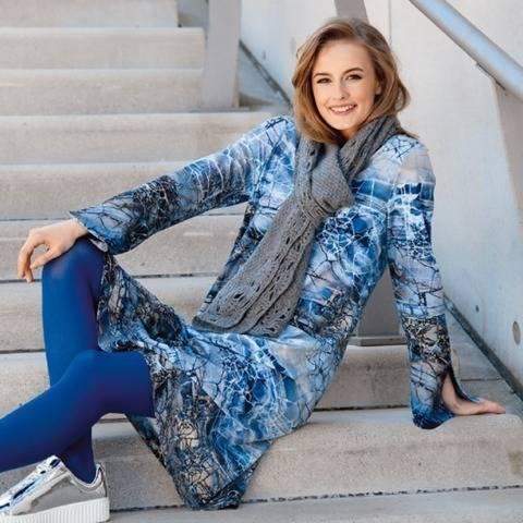 Blaugemustertes Kleid mit Ärmelvolant