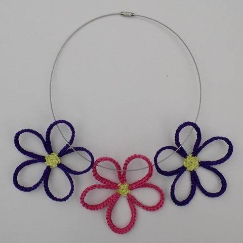 Colourful crochet daisy flowers necklace pattern at Makerist