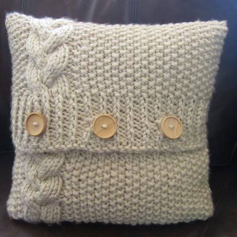 Braided Cable and moss stitch pillow cover at Makerist