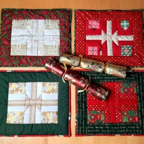 Christmas table mats  set of four PDF quilt pattern PRESENTS at Makerist