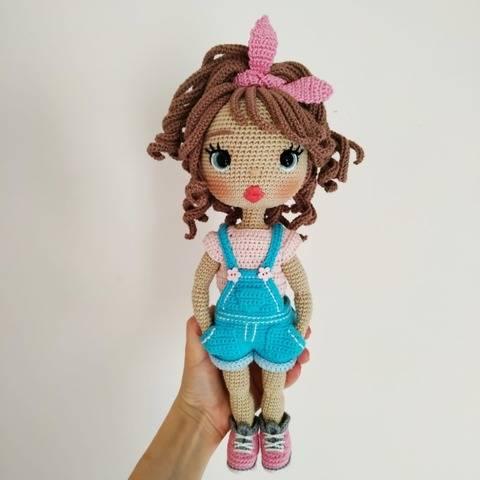 Astrid Puppe im lässige-Outfit