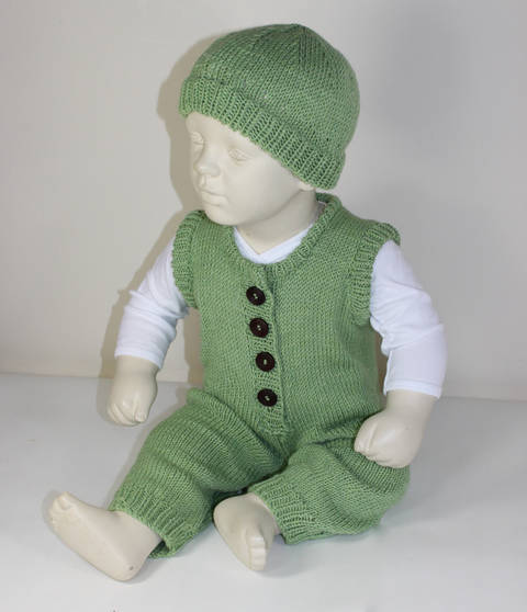 Baby Dungarees and Beanie Hat at Makerist