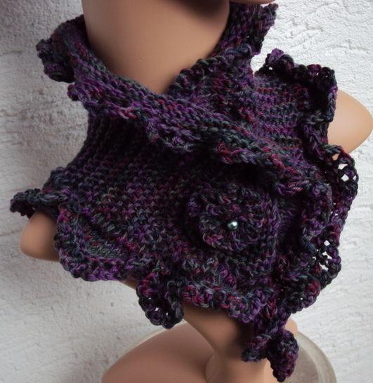 Strickanleitung für einen Kurzschal mit gehäkelter Blüte als Verschluß bei Makerist - Bild 1