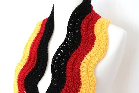 Häkelanleitung Fan-Schal Fußball EM/WM im Wellenmuster bei Makerist