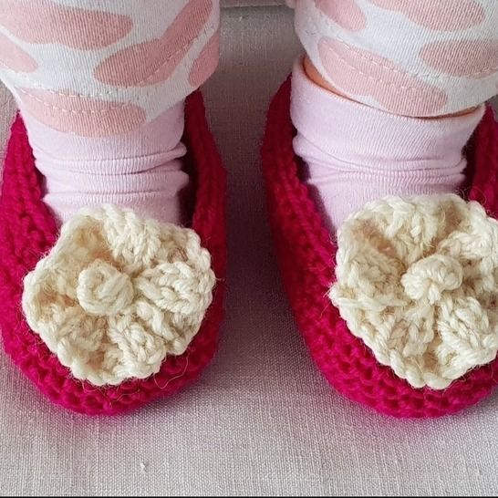 Baby shoes with a knitted flower - knitting pattern - Fiona at Makerist - Image 1