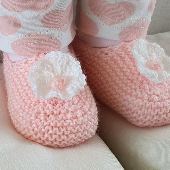 Baby shoes with a knitted flower, in 4ply - Angelica at Makerist - Image 1