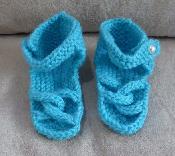 Baby sandals with linked toe straps in 8ply yarn - Linda at Makerist - Image 1
