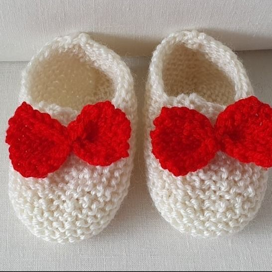 Baby shoes in 8ply with a contrasting bow - Gina at Makerist - Image 1