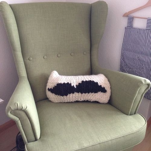Makerist - Moustache-Pillow - Knitting Showcase - 1