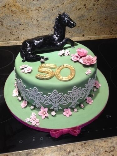 Makerist - 50er Torte für eine Pferdenärrin - Torten, Cake Pops und Cupcakes - 1