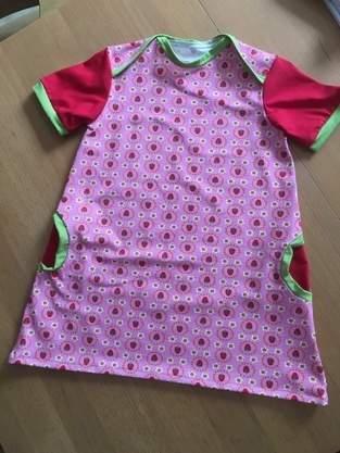 Ein Erdbeerenkleid für Emily aus Jersey