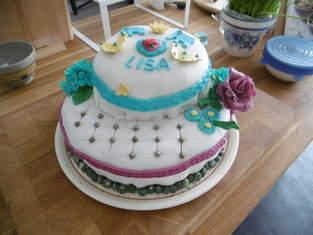 Geburtstagstorte für die Tochter, selbst gefertigte Blüten und andere Dekoelemente