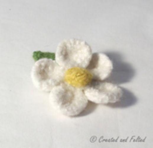 Makerist - Daisy Brooch - Knitting Showcase - 1