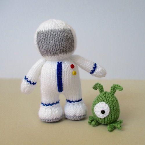 Makerist - Buzz the Astronaut and Zoff the Alien - Knitting Showcase - 1