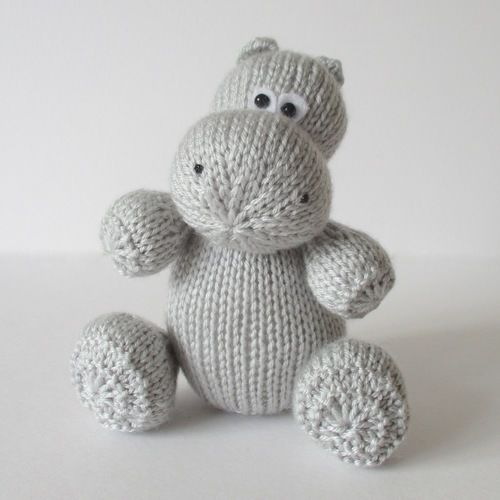 Makerist - Huggins the Hippo - Knitting Showcase - 1