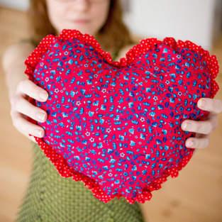 Makerist - Herzkissen mit Rüschen - 1
