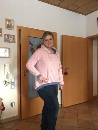 Große Vani in rosa Vintagesweat