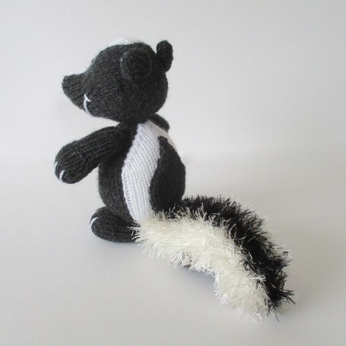 Makerist - Cyril the Skunk - Knitting Showcase - 2